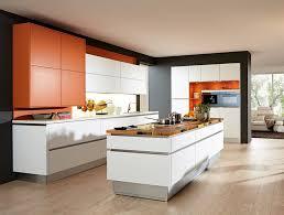 photo de cuisine avec ilot cuisine avec ilot central en blanc noir et orange