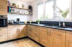plinthe de cuisine cuisine variation en finition huilée sur plinthe en médium laqué noir