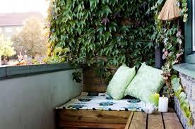 canapé balcon balcon amenager balcon canapé d angle en bois plante