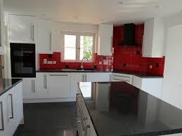 cuisine blanche avec plan de travail noir cuisine blanche avec plan de travail noir au carrelage
