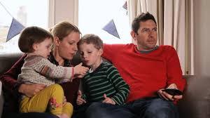 d ager un canap famille canapé etre assis regarder la télé hd stock