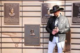 jason aldean unveils new country music hall of fame exhibit