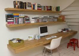 bureau of met bureau met planken voor in het huis ol and house