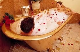 sorprese con candele come preparare un romantico bagno di coppia in 5 semplici passi
