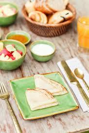 cuisine simple et bonne petit déjeuner dans le jardin avec une cuisine simple et de café