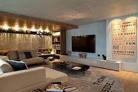 ambientes equilibrados com bom uso da madeira e das cores marcam