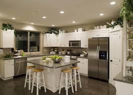 cuisine en verre blanc comptoir en bois classique armoire de cuisine brun foncé pichet