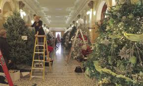 capitol open on thanksgiving for extravagant tree
