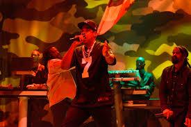 Snl Red Flag Snl Jay Z Shows Support For Colin Kaepernick Ew Com