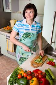 femme dans la cuisine légumes de découpage de femme dans la cuisine image stock image