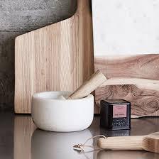 mortier de cuisine en marbre mortier marbre blanc avec pilon bois de naturel hübsch
