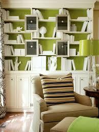 wandgestaltung farbe grüne innen wand und weiße regale wohnzimmer