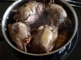 cuisiner les pigeons pigeons en cocotte à la française recette de pigeons en cocotte
