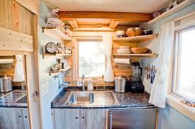 cuisine caravane intérieur de caravane comment l aménager caravane etagere