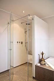 glastüren badezimmer bodenebene dusche mit glastür und gemauerter abtrennung zur