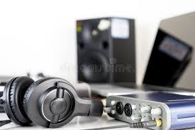 bureau studio musique écouteur de studio de musique se trouvant sur le bureau de studio