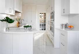 cuisine blanche classique cuisine intégrée classique blanche immaculée dans outremont