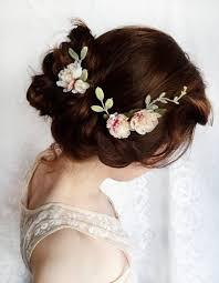 fleurs cheveux mariage des fleurs romantiques dans les cheveux des fleurs dans les