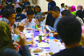 christians join muslim ramadan iftar signs cross during food