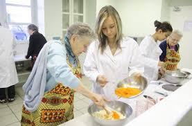 activité cuisine castres les collégiens et les retraités font la cuisine ensemble