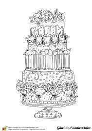 coloriage d u0027un énorme gâteau d u0027anniversaire à étages avec de