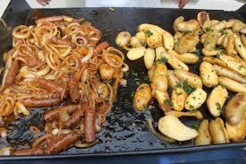 cuisine à la plancha gaz plancha de merguez aux oignons bienvenue