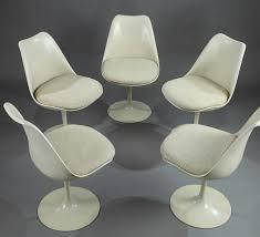 chaises tulipe table et cinq chaises tulip par eero saarinen pour knoll