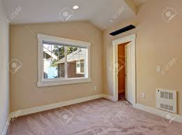 Schlafzimmer Mit Begehbarem Kleiderschrank Leere Schlafzimmer In Elfenbein Und Hellbraunen Tönen Mit