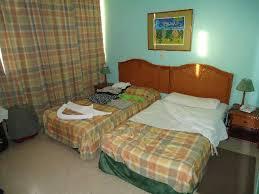 chambre hotel au mois chambre avec moisi pas propre meubles brisés photo de hotel