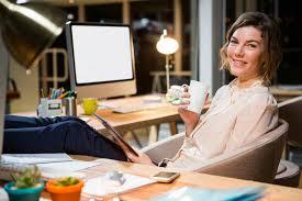 femme nue au bureau femme d affaires tenant la tasse numérique de comprimé et de café à