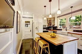 comptoir de cuisine blanc blanc cuisine avec îlot de dessus de comptoir en bois photographie