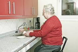 stehhilfe küche ratgeber küchenarbeit erleichtern senioren und
