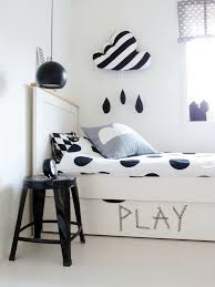 chambre fille noir et blanc apporter de la magie dans la chambre via la décoration murale nuage