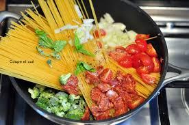 cuisiner brocolis a la poele one pan spaghetti chorizo brocolis et tomates cerises coupe et cuit