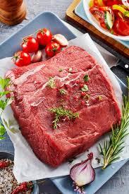 cuisiner un rumsteak rumsteak cru de boeuf avec les ingrédients frais image stock image
