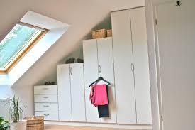 Schlafzimmer Schrank Ordnung Weißer Schrank Nach Maß Mit Stufiger Schräge Dachschrägen