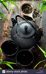 Schreibtisch Aus Holz Bild Der Traditionellen östlichen Teekanne Und Teetassen Auf
