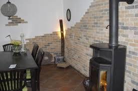 steinwand optik im wohnzimmer 10 ideen für eine steinwand im wohnbereich fliesen fieber
