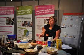 cours de cuisine sur petit cours de cuisine sur le stand des banques alimentaires pour