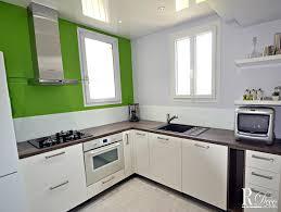 le cuisine moderne cuisine moderne blanche rehaussée par le mur vert relooking déco actuel
