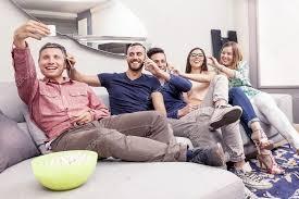 sur canapé groupe d amis sur canapé prend un selfie dans une drôle de façon