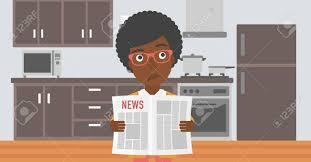 le journal de la femme cuisine une femme afro américaine en lisant le journal sur le fond de