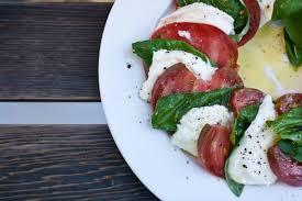 comment cuisiner la mozzarella salade caprese recette italienne tomates mozzarella