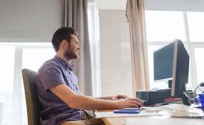 sexe au bureau employé de bureau de sexe masculin créatif heureux avec l ordinateur