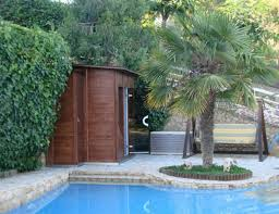 jacuzzi bois exterieur pour terrasse un espace wellness dans mon jardin viving