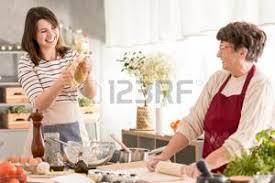 maman baise en cuisine grand mère cuisine banque d images vecteurs et illustrations libres