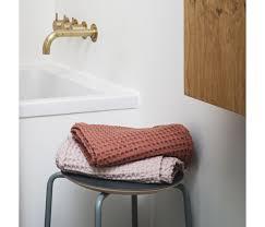 serviette de bain bio serviette de bain organic rose 140 x 70 cm ferm living