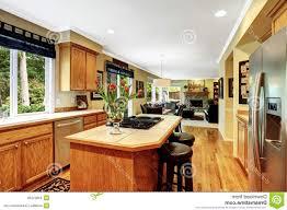 cfa cuisine ile de dosseret de briques brunes comptoir gris mat lisse beige meuble