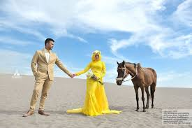 wedding dress jogja foto prewedding outdoor unik dgn kuda di gumuk pasir jogja jpg
