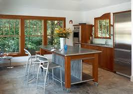 plan de travail sur pied cuisine îlot sur un meuble de cuisine compact et fonctionnel